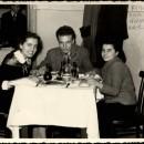 Al centro, Ennio Serventi, a sinistra Evelina Maggi, a destra Giuseppina Peri,  delegati al Congresso Nazionale della Gioventù Socialista